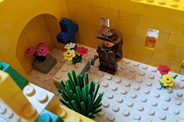 Gentleman-explorer in Lego ruin