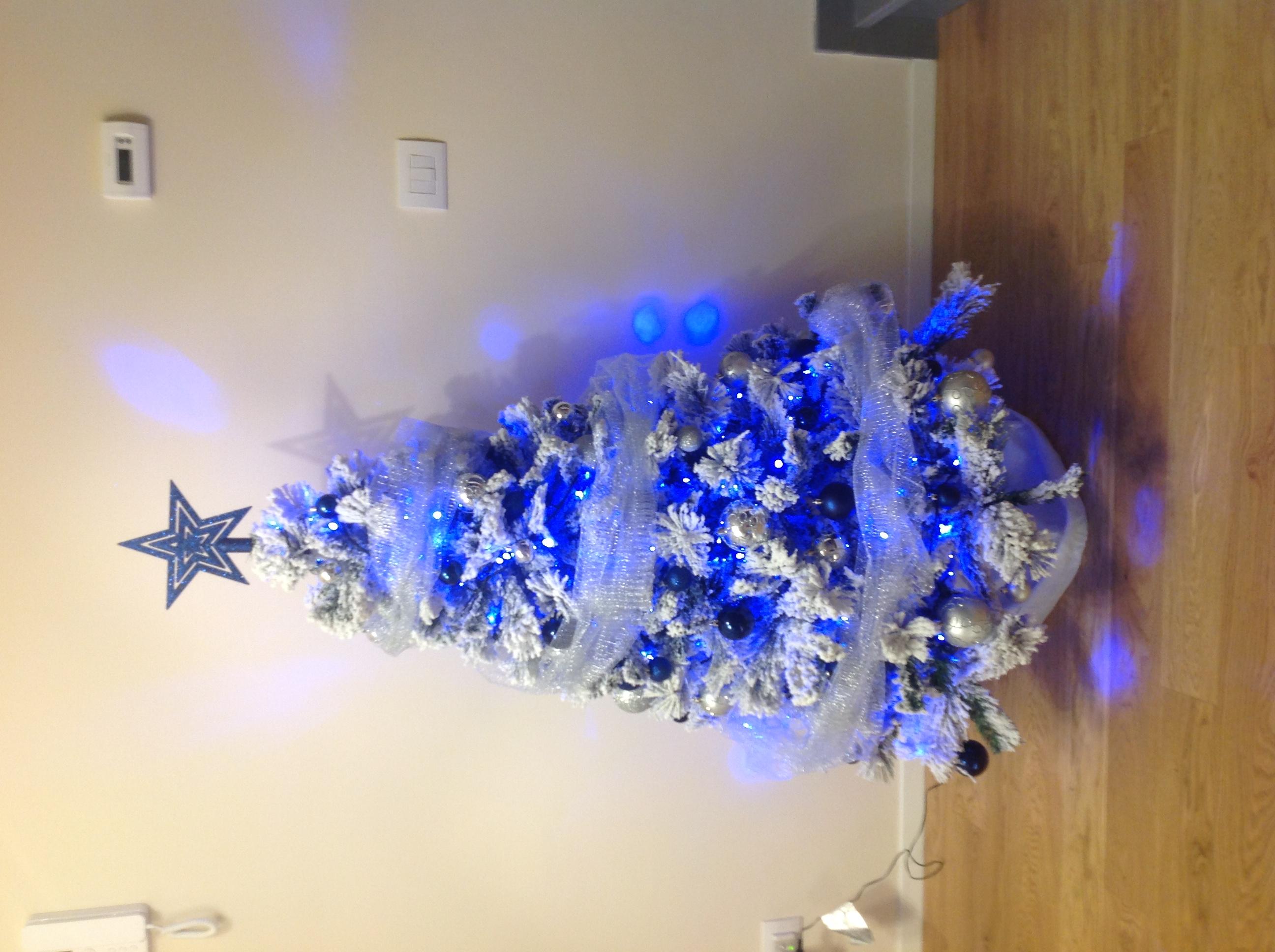 Albero Di Natale Argento E Blu.Albero Di Natale Azzurro E Bianco Ecco Quello Di Sandra Piana Notizie