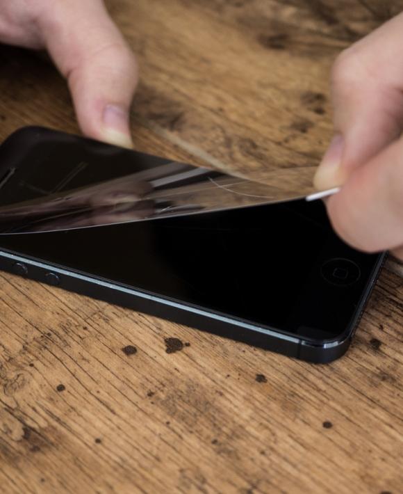 Установка защитного стекла на мобильный телефон