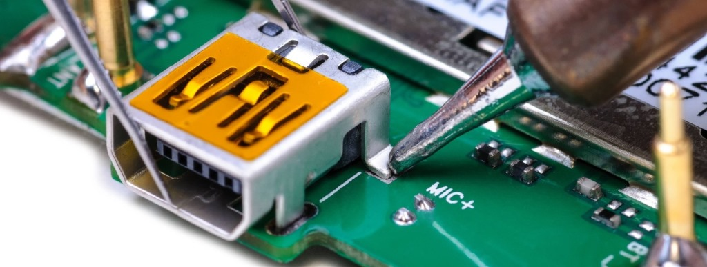 Процесс замены разъема зарядки в мобильный телефон