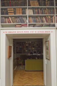 Piispantalon kirjaston oviaukko.