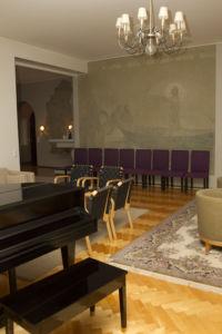 Piispantalon sali ja sitä koristava seinämaalaus kalansaaliista.
