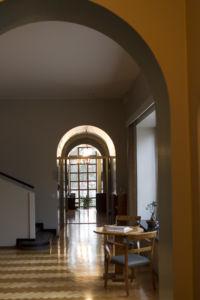 Piispantalon aulaa ja kappeliin johtava käytävä kaariovineen.
