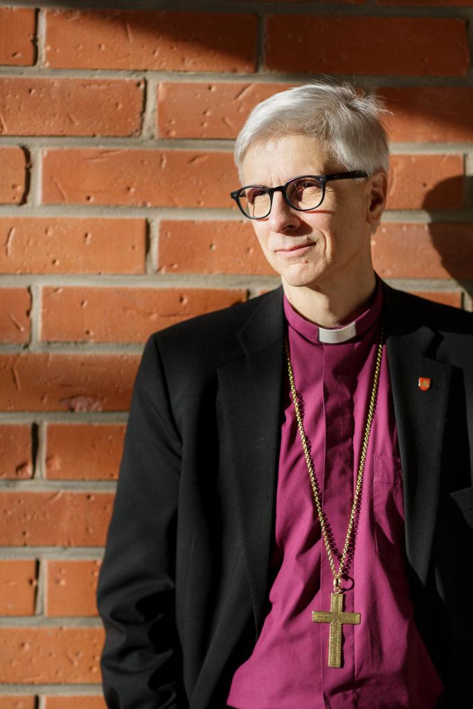 Piispa kaulassaan piispanristi.