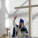 piispa asettamassa ehtoollista