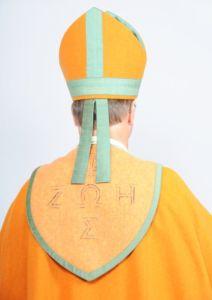 Piispan liturginen asu takaapäin kuvattuna