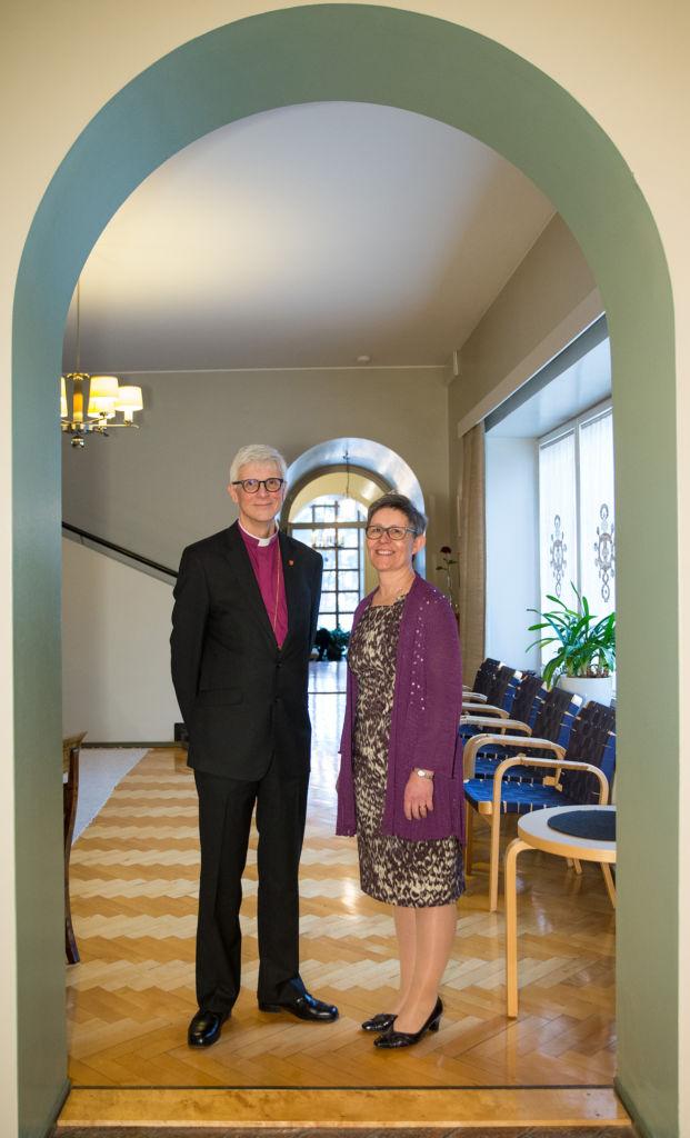 Piispa Matti Repo ja puoliso Päivi Repo Tampereen piispantalon aulassa kaariovella.