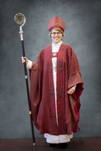 Espoon piispa Kaisamari Hintikka liturgisessa asussaan.
