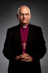 Biskop Bo-Göran Åstrand i klädd lila biskopåsskjorta