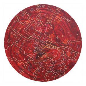 Panu Thusbergin ympyränmuotoisessa Kosmos-maalauksessa punasävyisellä taustalla risteilee vaaleita kuvioita, jotka muistuttavat virtauksia ja kanavia tai tiestöä kartalla tai ilmakuvassa.