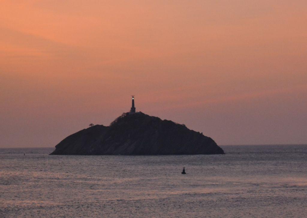Saari Santa Martan edustalla. Saaressa seisoo majakka.