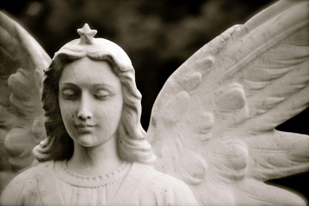 Rintakuva enkeliä esittävästä patsaasta.