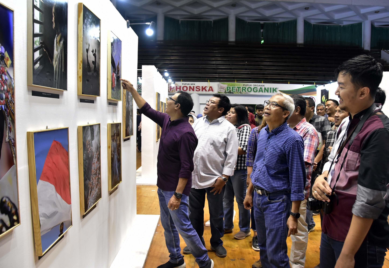 Direksi PG (depan no. 1-3) meninjau stan pameran lukisan dan foto di acara bazar dan expo HUT PG ke-47. Foto : Murahman