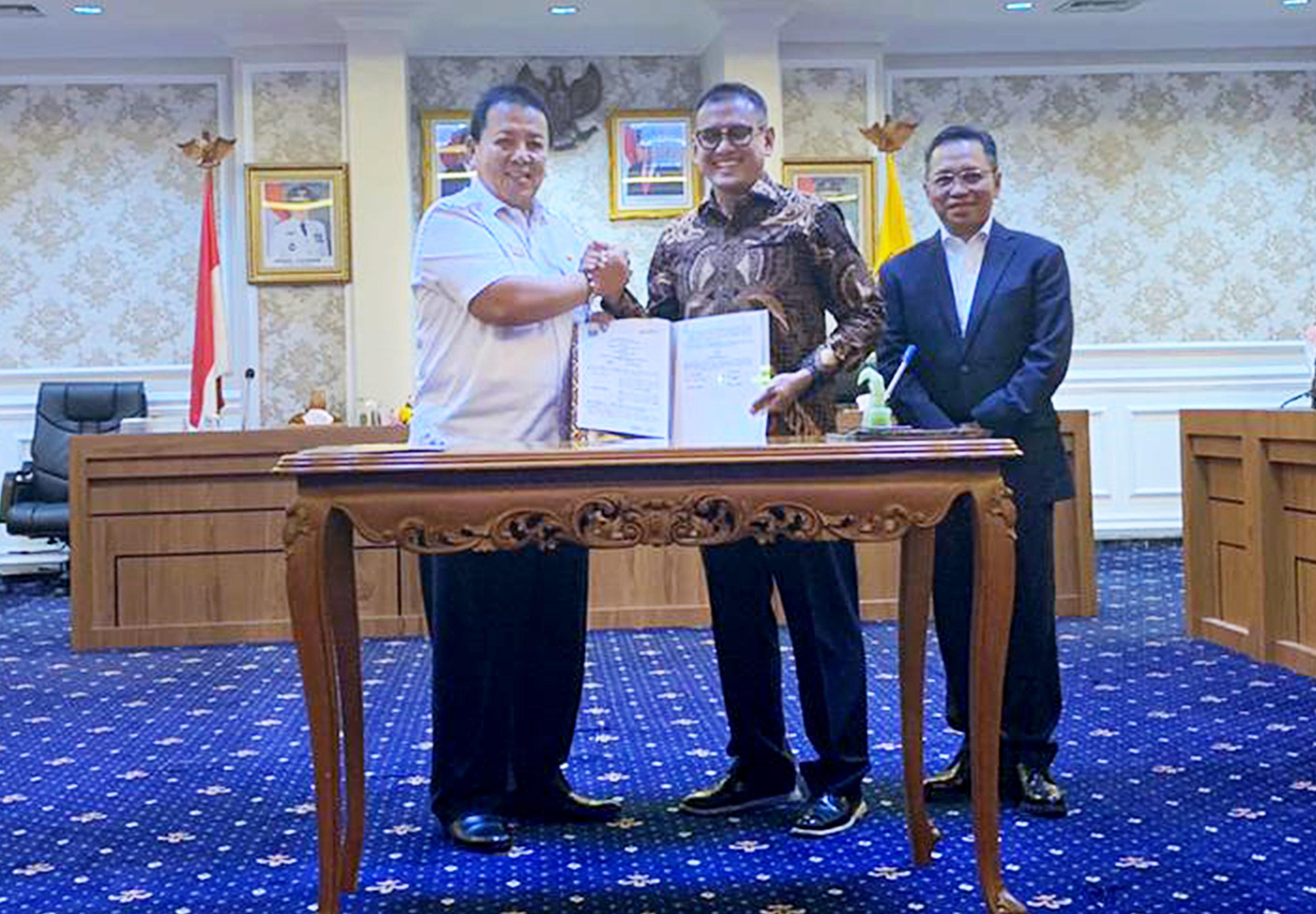 Dirut Petrokimia Gresik, Rahmad Pribadi (baju batik) bersama Gubernur Provinsi Lampung, Arinal Djunaidi setelah penandatanganan MoU.Foto : Istimewa