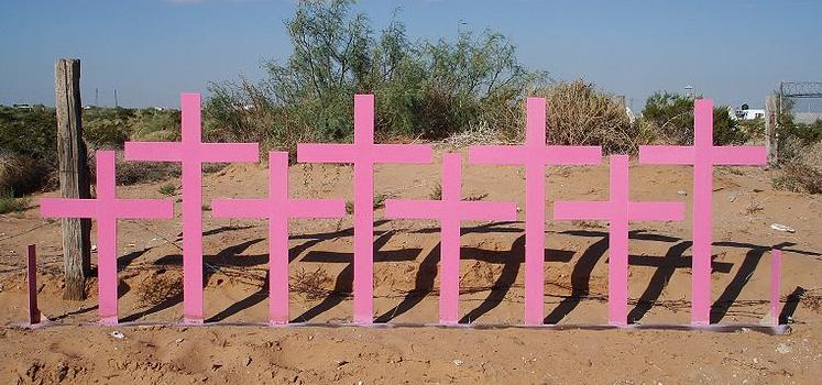 Cruces colocadas en Lomas del Poleo Planta Alta (Ciudad Juárez, Chihuahua) en el lugar donde fueron encontrados 8 cuerpos de mujeres víctimas de femicidio en 1996.