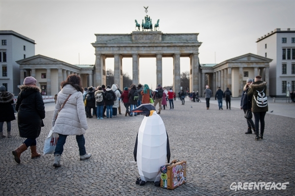 Tagging along on a guided tour of Berlin by the The Brandenburg Gate.