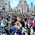 Honderden mensen fietsen, wandelen en feesten voor gezonde lucht