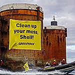 De Rainbow Warrior in actie tegen Shell