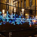 Virtuele betoging met hologrammen voor een groene en eerlijke heropbouw