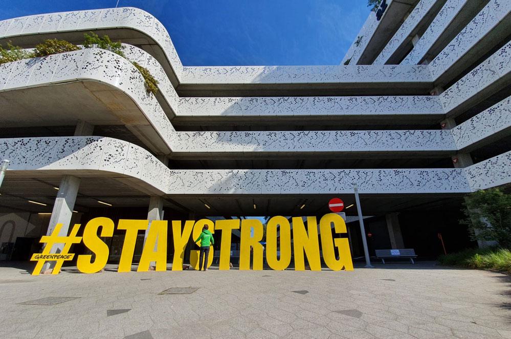 #STAY STRONG - Greenpeace aan de deuren van de ziekenhuizen!