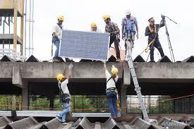 Instalação de painéis solares em escola pública de São Paulo.