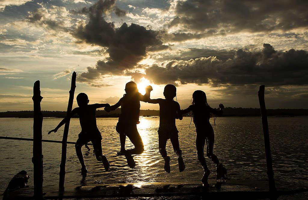 Crianças Munduruku brincam no rio Tapajós.