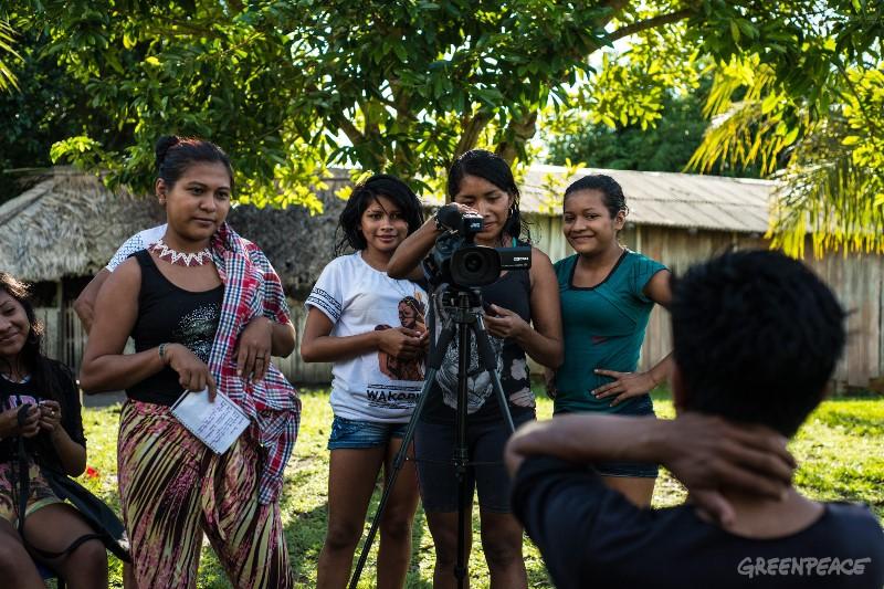 Jovens Munduruku operam a câmera no Tapajós.