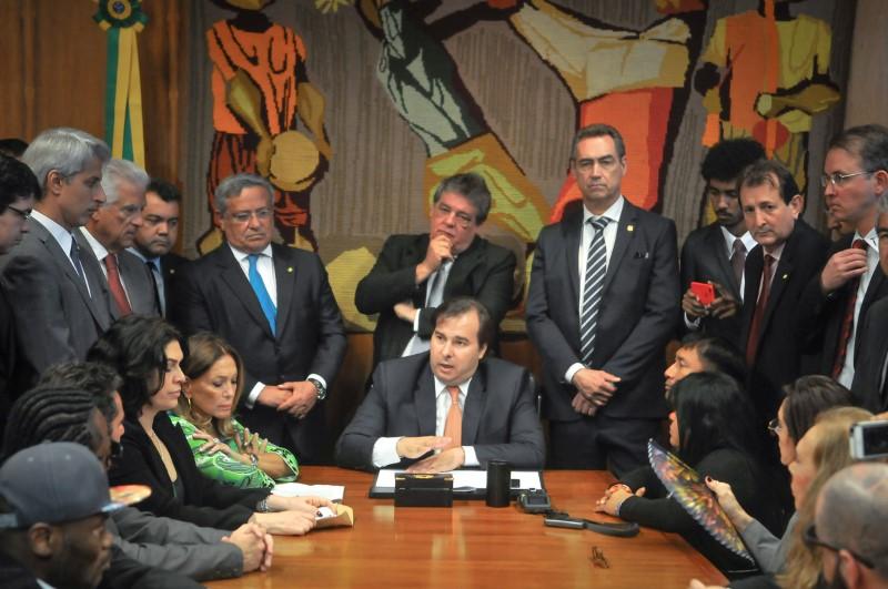 Presidente da Câmara, Rodrigo Maia, recebe o PL do Desmatamento Zero.