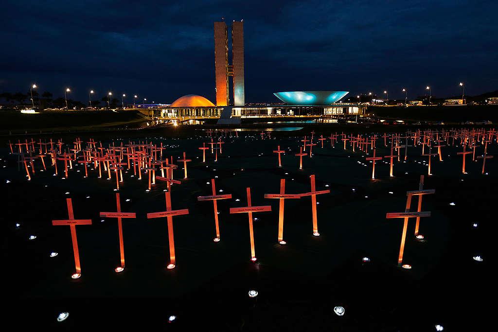 Ação do Greenpeace com 251 cruzes em frente ao Congresso Nacional