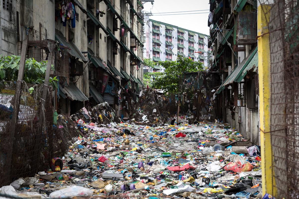 Lixo plástico cobre a rua de Manila. © Daniel Müller