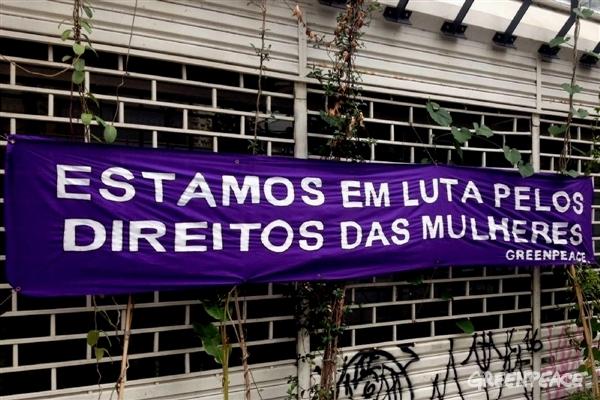 Banner colocado pelas ativistas do Greenpeace Brasil no escritório de São Paulo