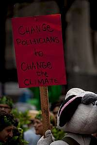 Manifestante segura cartaz contra o aquecimento global.
