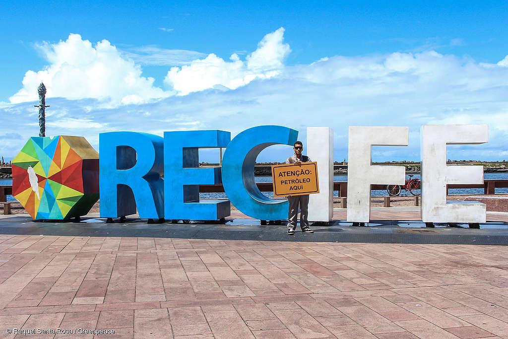 Ativistas do Greenpeace de Pernambuco protestam contra os planos da empresa TOTAL de perfurar à procura de petróleo próximo aos Corais da Amazônia.