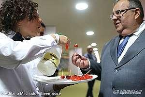 Voluntária do Greenpeace oferece tomate com agrotóxico a deputado