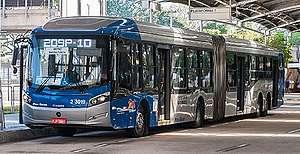 Ônibus de São Paulo em terminal.