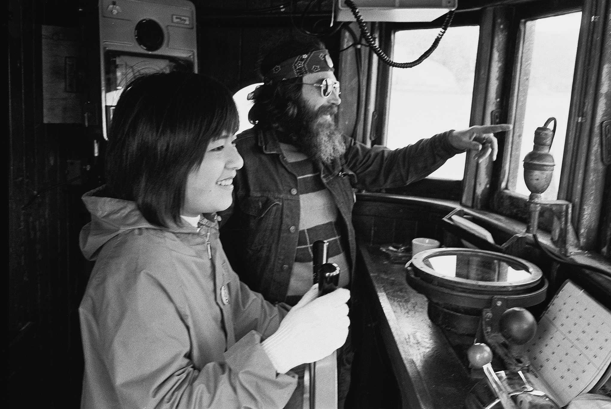 Melville Gregory e Taeko Miwa na cabine do navio em 1975.