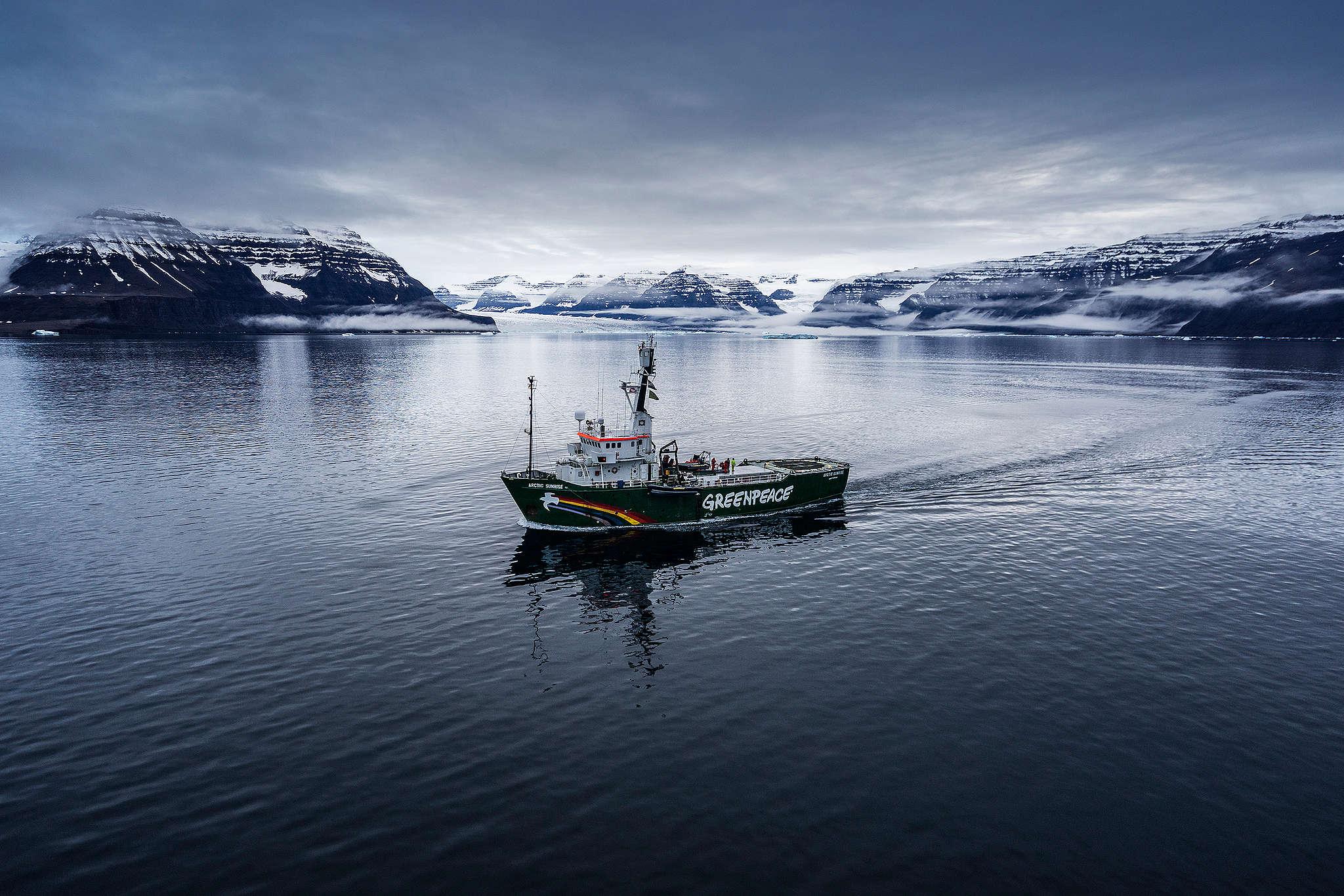Navio Arctic Sunrise navegando na Baía Viking, na costa oeste da Groelândia, em Setembro de 2015.