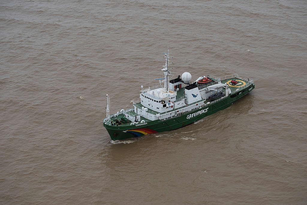 Navio Esperanza na costa do Amapá e em meio a águas turvas