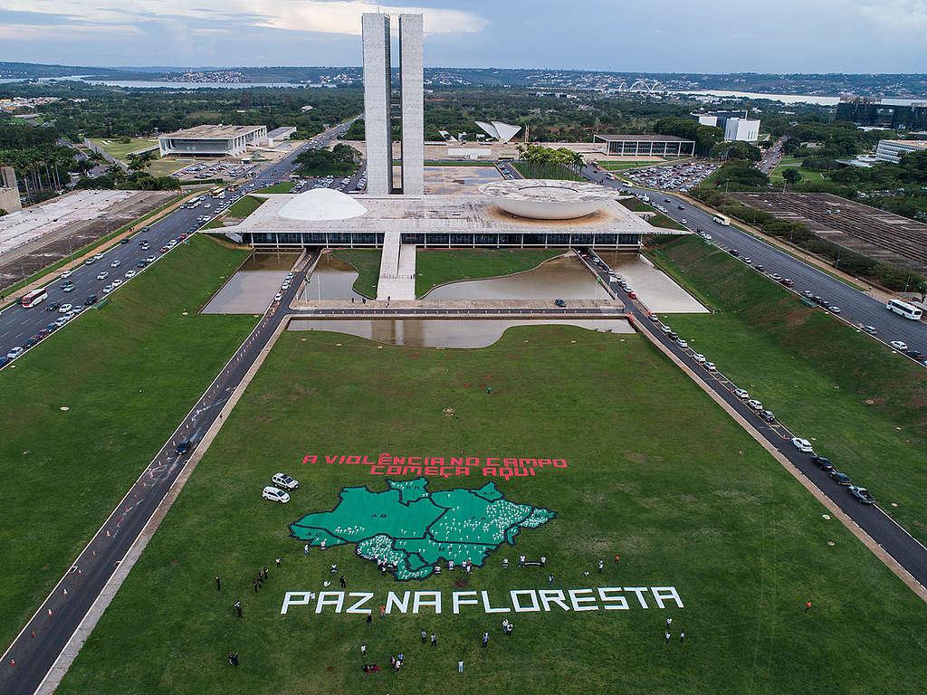Ação em frente ao Congresso Nacional pede Paz na Floresta
