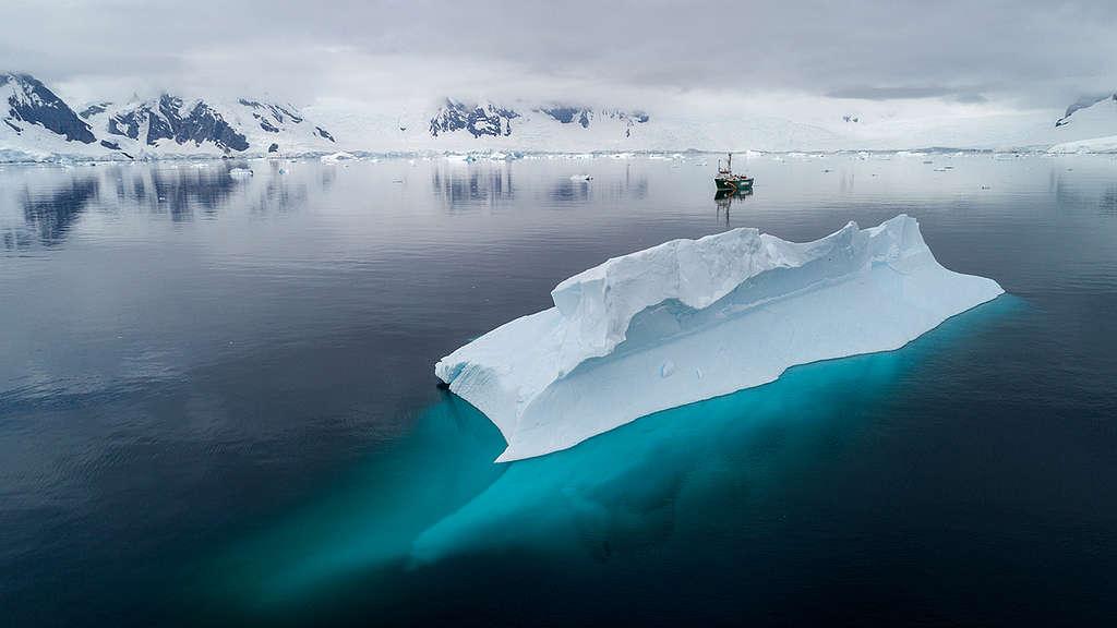 Navio Arctic Sunrise navega na baía de Charlotte, na Antártida
