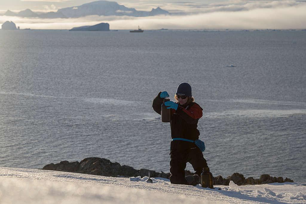 Pesquisador do Greenpeace coleta amostra de neve na Antártida
