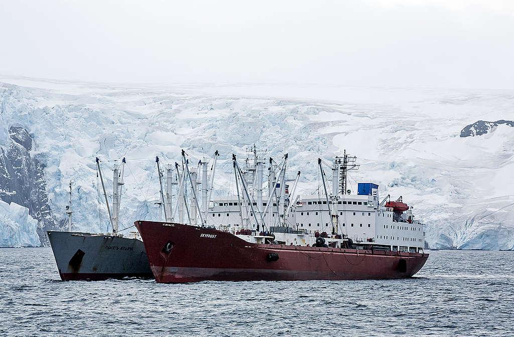 Navio pesqueiro de krill, registrado na Antártida em março de 2018 durante uma expedição do Greenpeace à região.