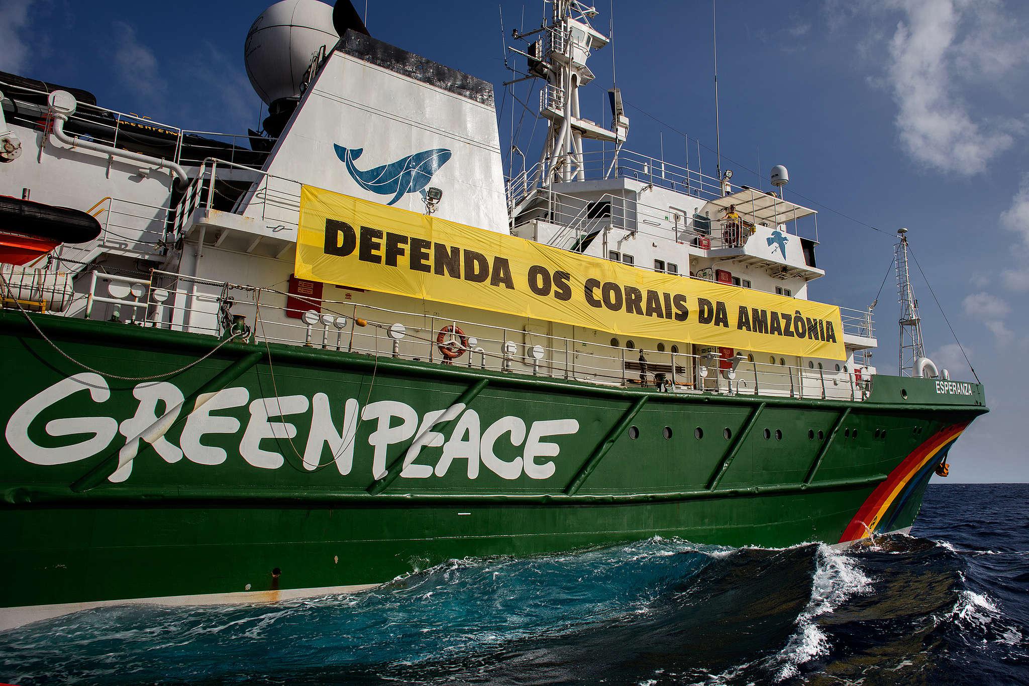 Navio Esperanza com banner Defenda os Corais da Amazônia