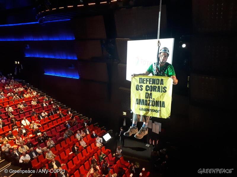 Escalador abre um banner no auditório da Total