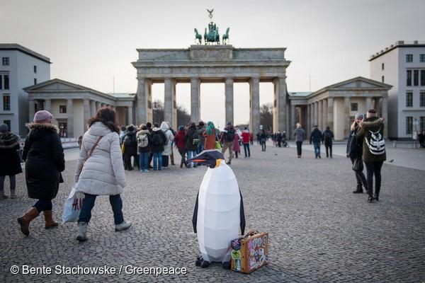 Pinguim em frente ao portão de Brandemburgo, na Alemanha