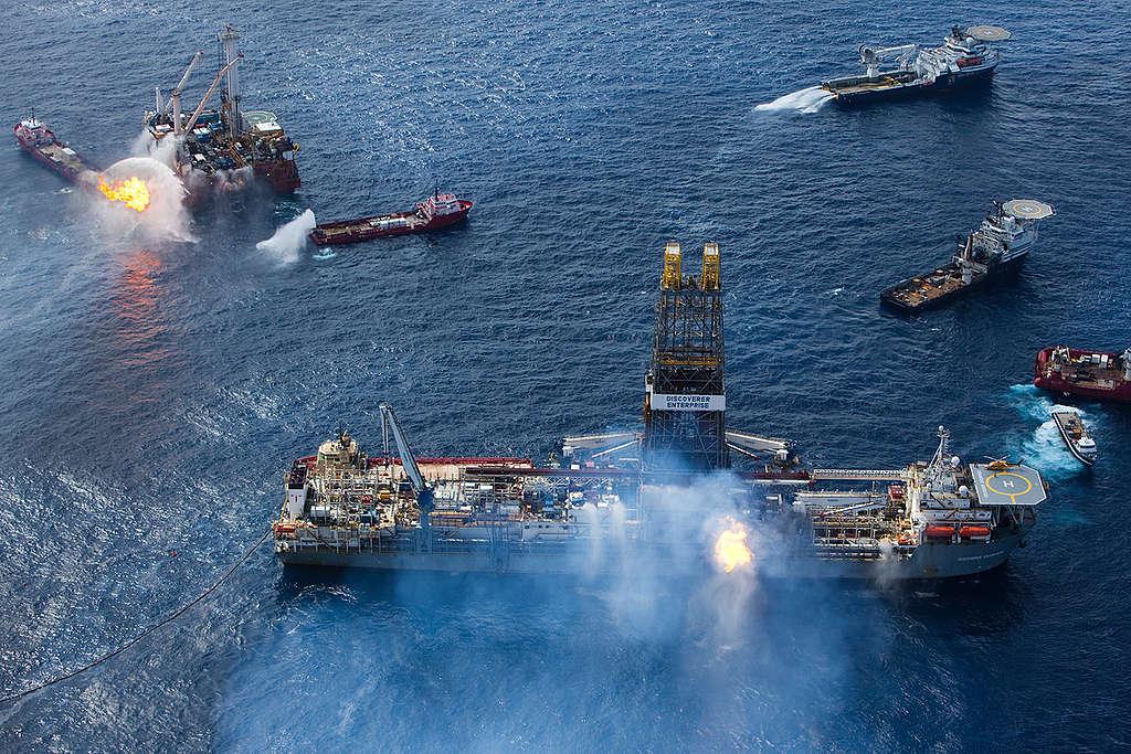 Plataforma que explodiu no oceano e causou vazamento de óleo.