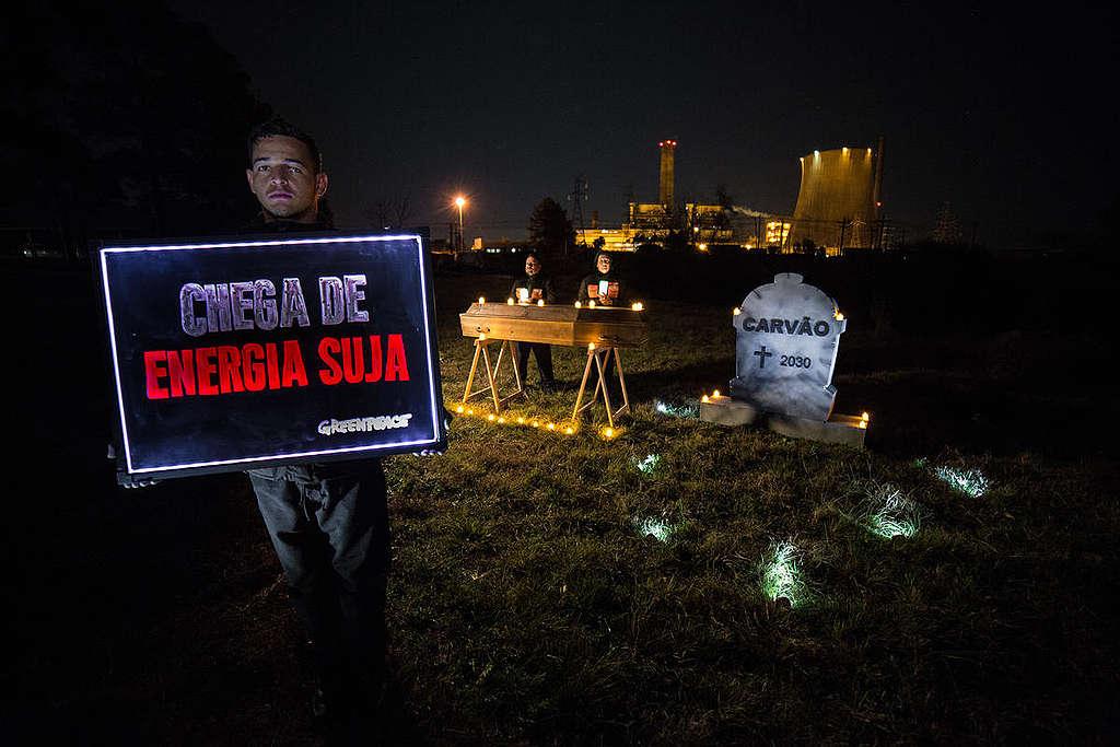 Funeral do carvão realizado por ativistas do Greenpeace em frente à termelétrica de Candiota © Marlon Marinho