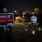Funeral do carvão realizado por ativistas do Greenpeace em frente à termelétrica de Candiota