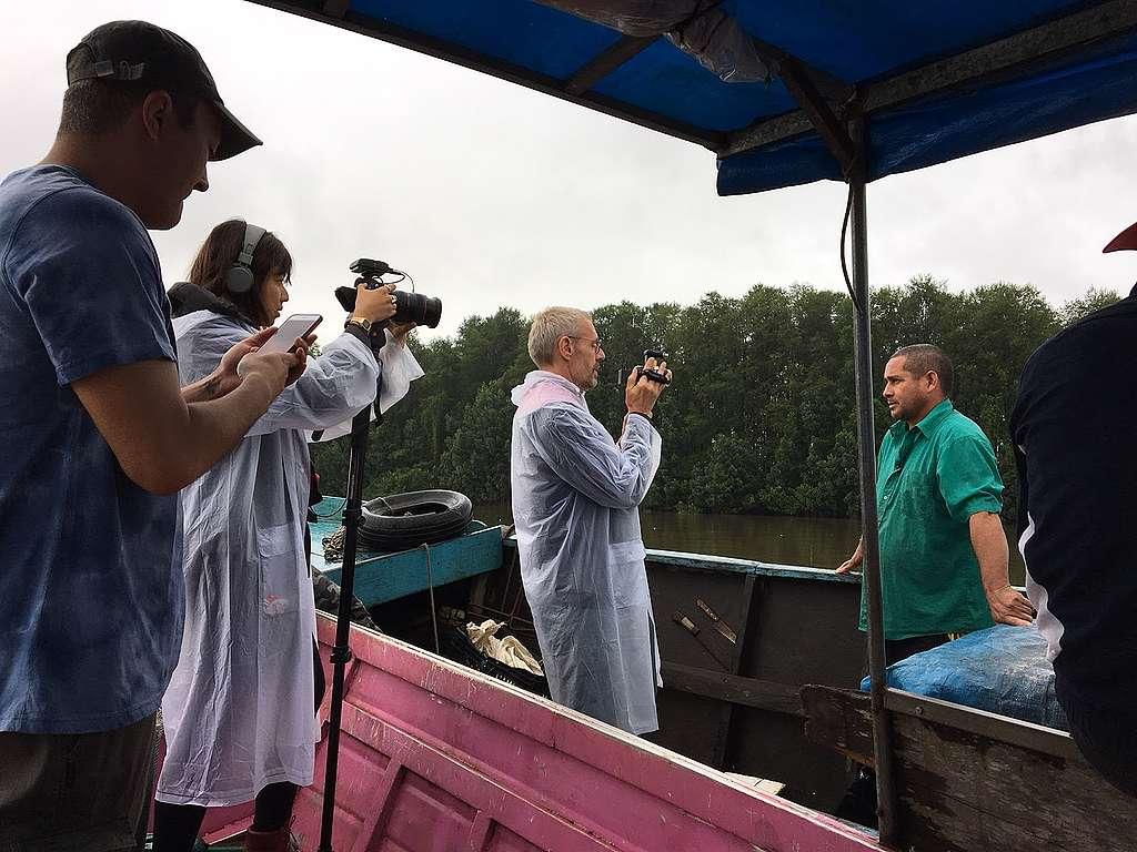 Ator francês Lambert Wilson segura câmera em entrevista no Oiapoque.