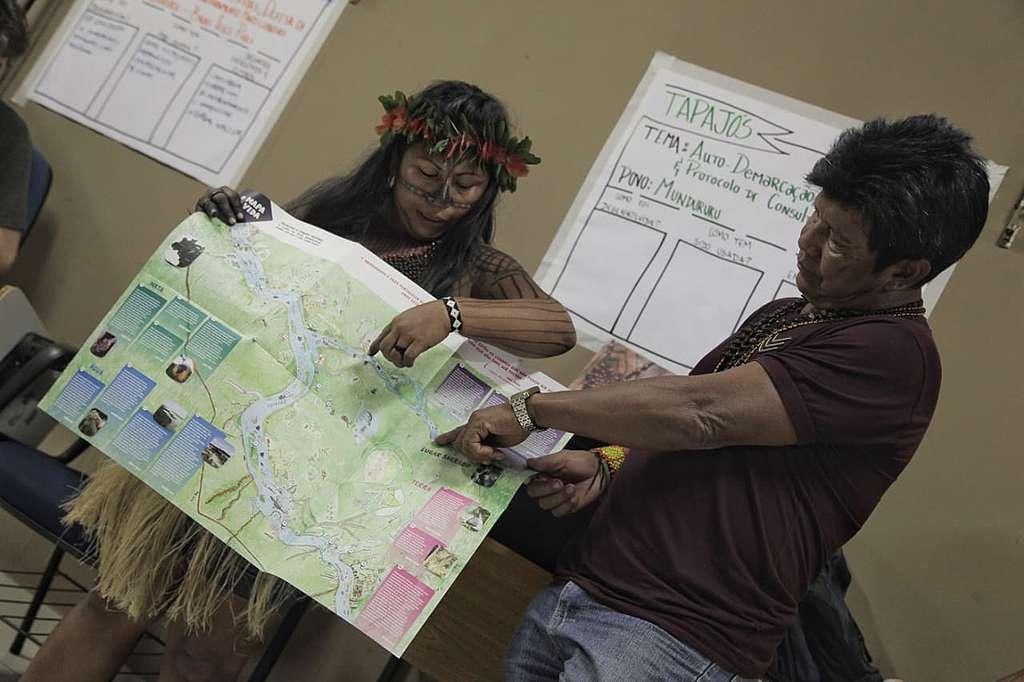 Lideranças Munduruku mostram o Mapa da Vida ao público durante o evento Belém+30, apontando alguns pontos no mapa.